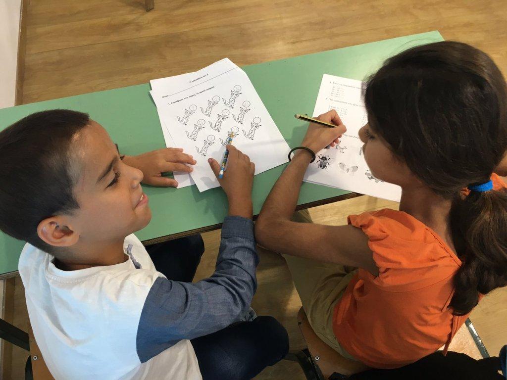 أطفال سوريون في مدرسة على جزيرة تيلوس اليونانية، آب / أغسطس 2017. مهاجر نيوز