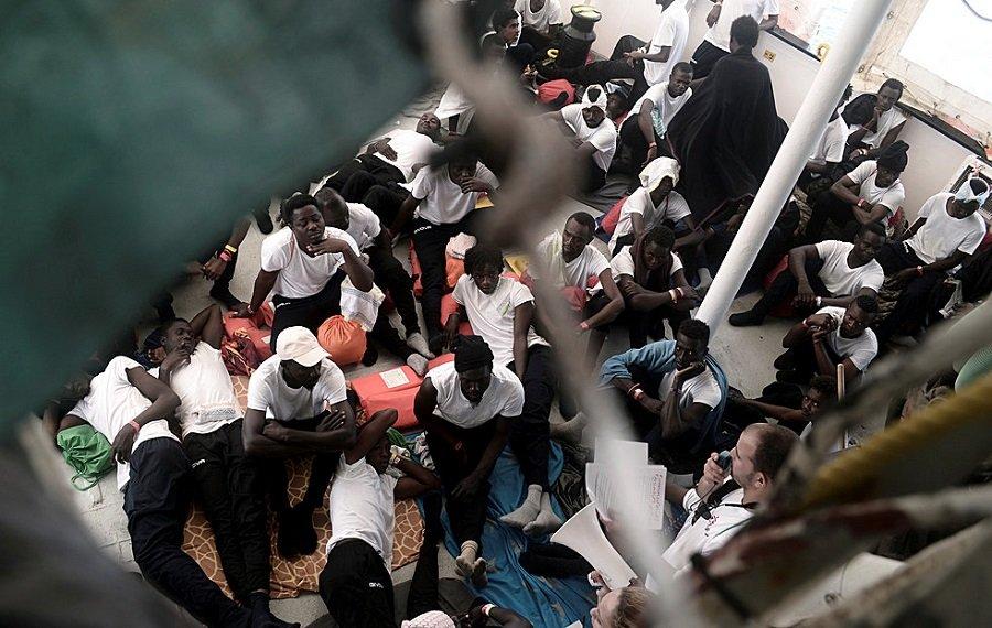 مهاجرون على متن أكواريوس/ رويترز