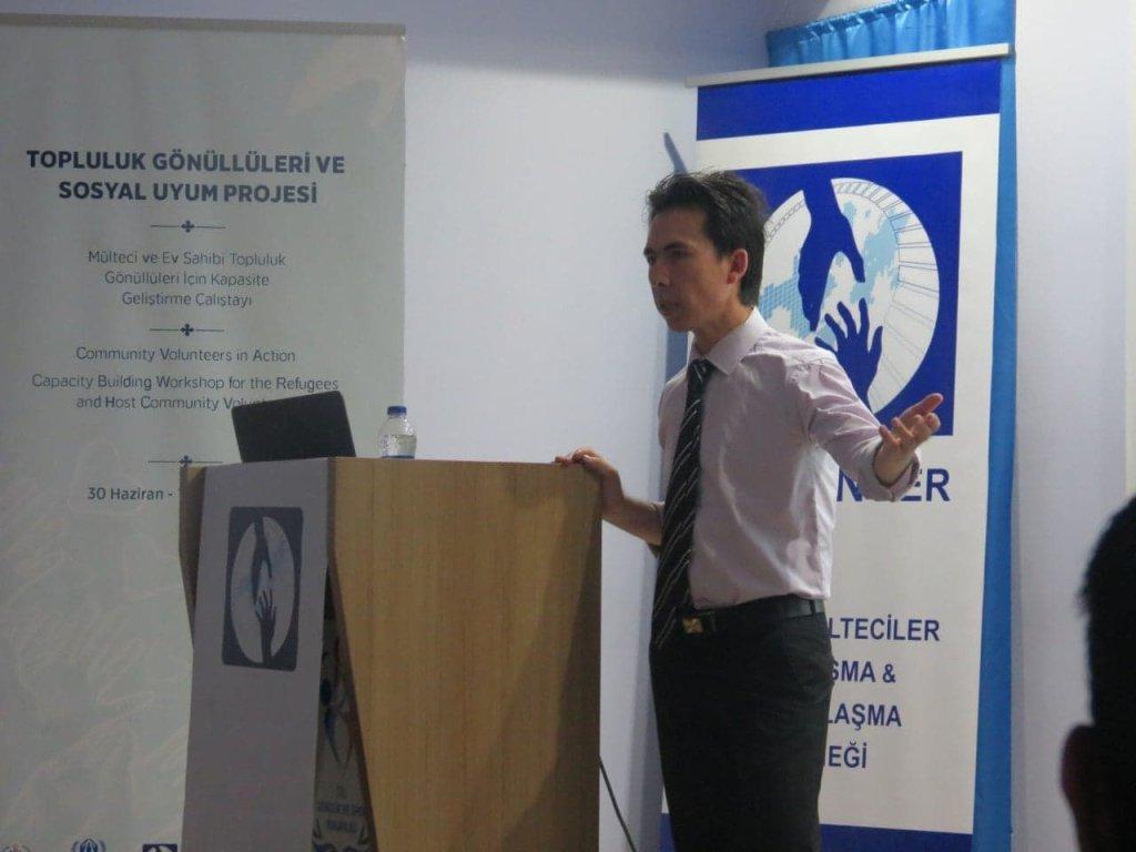 محمد علي حکمت رئیس انجمن در جریان یک کنفرانس. عکس: انجمن همبستگی و همدردی با پناهندگان افغان در ترکیه