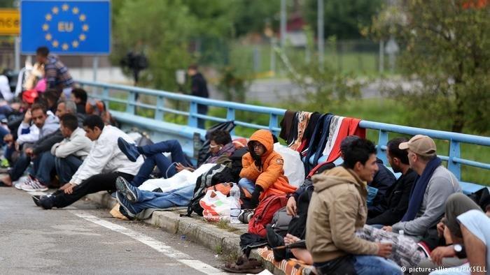 مهاجرون عالقون على الحدود. المصدر: رويترز