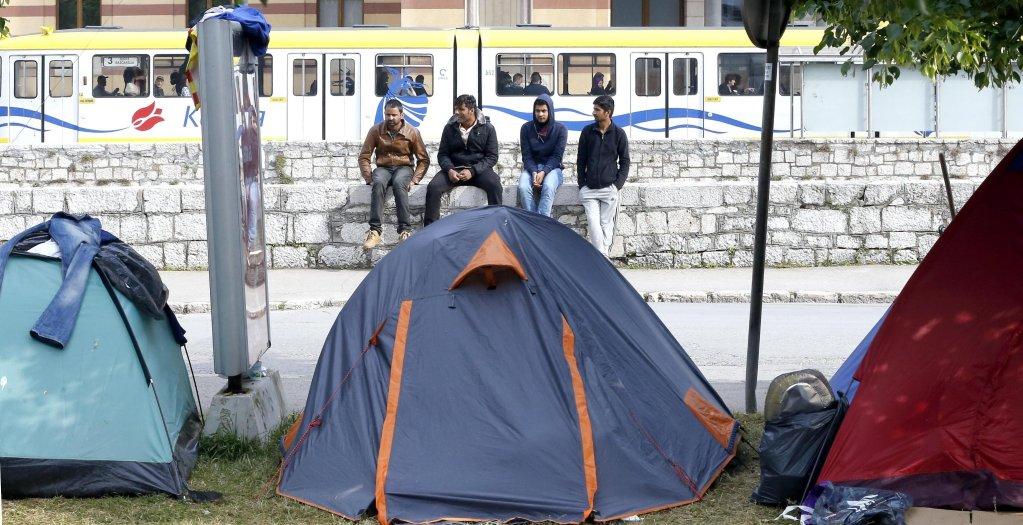 ansa / مهاجرون من أفغانستان وباكستان وسوريا يقيمون في حديقة وسط العاصمة سراييفو. المصدر: صورة أرشيفية/ فهيم دامير.
