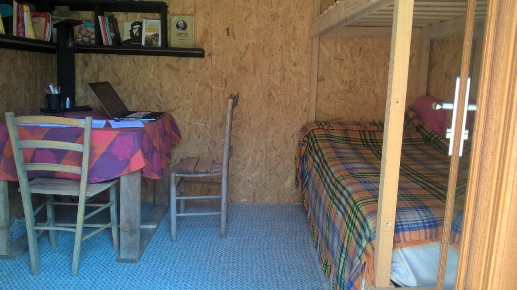 L'intérieur de la cabane de Hossein, un demandeur d'asile d'Iran, sur la propriété de Cédric Herrou, à Breil-sur-Roya. Crédit : Charlotte Oberti