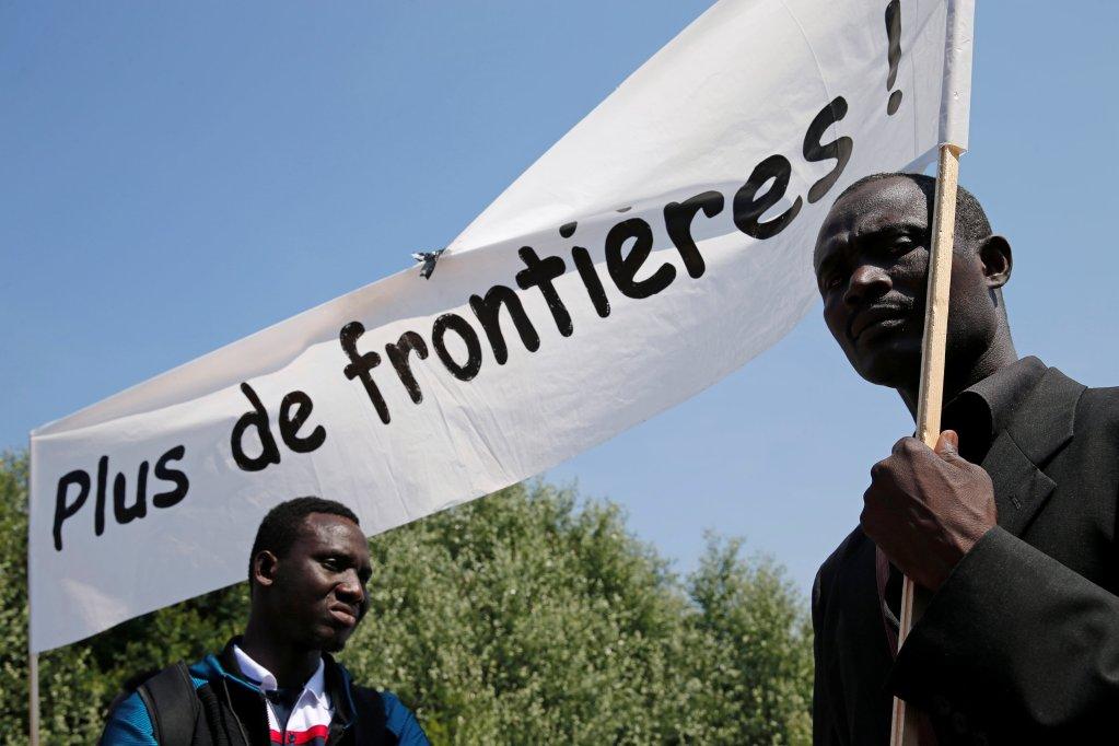 REUTERS/Pascal Rossignol |Plusieurs centaines de bénévoles et citoyens engagés, rejoints par quelques migrants, sont entrés ce samedi 7 juillet à Calais.
