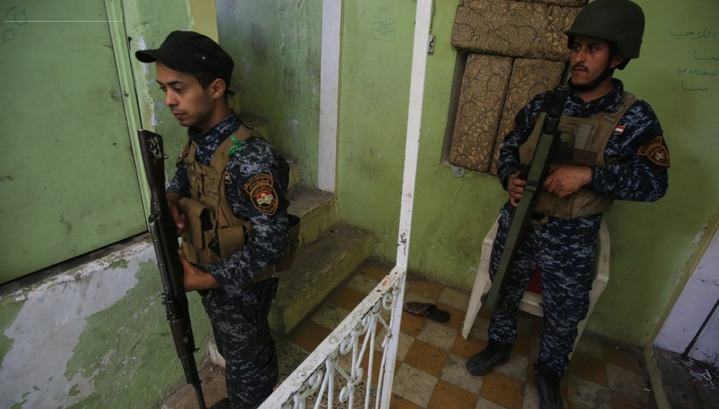 Des officiers des forces de sécurité irakienne à proximité de la ligne de front dans la vieille ville de Mossoul en Irak. Crédit : AFP