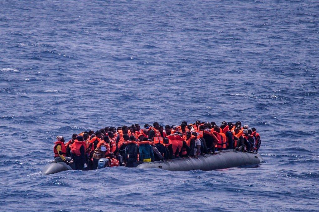 "ansa / مهاجرون على متن قارب مطاطي على بعد 50 كيلو مترا من سواحل ليبيا في انتظار إنقاذهم من قبل سفينة تتبع منظمة ""أس أو أس ميديتيرانيه"" غير الحكومية. المصدر: صورة أرشيف من ""إي بي إيه""."