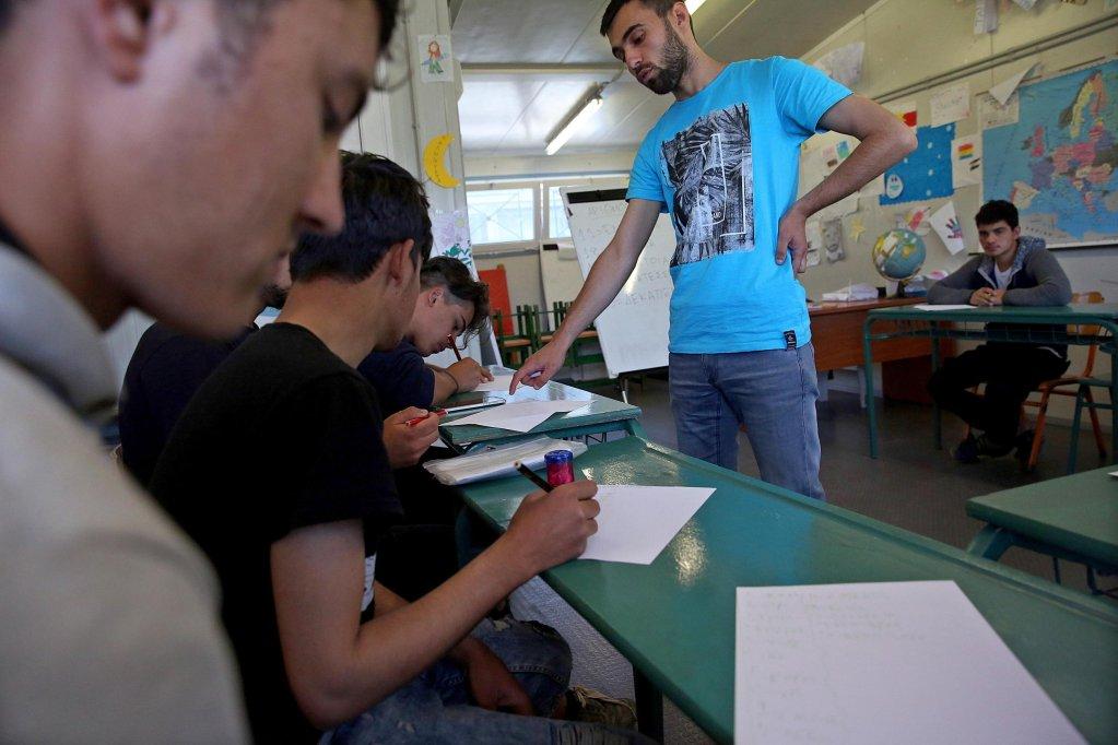 ANSA / أطفال مهاجرون يحضرون فصلا دراسيا في مركز تحديد الهوية للاجئين في فيلاكيو في شمال اليونان على الحدود مع تركيا المصدر إي بي أيه أوريستيس بانايوتو