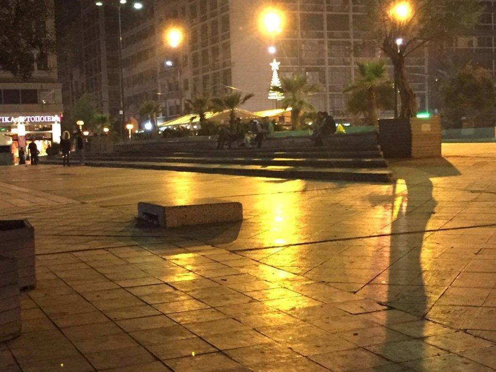 في المساء يتجه المهاجرون إلى ساحة أومونيا بحثا عن مهربا يساعدهم على الخروج من اليونان