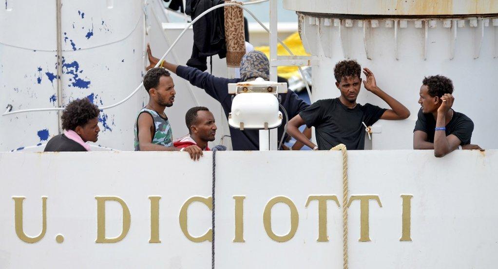 Photo: Giovanni Isolino, AFP/ شماری از مهاجرین و پناهجویانی که وزیر داخله ایتالیا اجازه بیرون شدن از کشتی را برای شان در ماه اگست سال روان نداده بود.