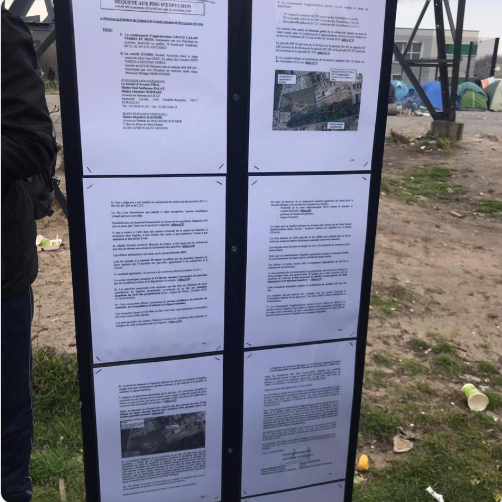 Pictures of the billboards posted at the entrance to the camp in Calais | Photo: Screenshot of Twitter / Human Rights Obs