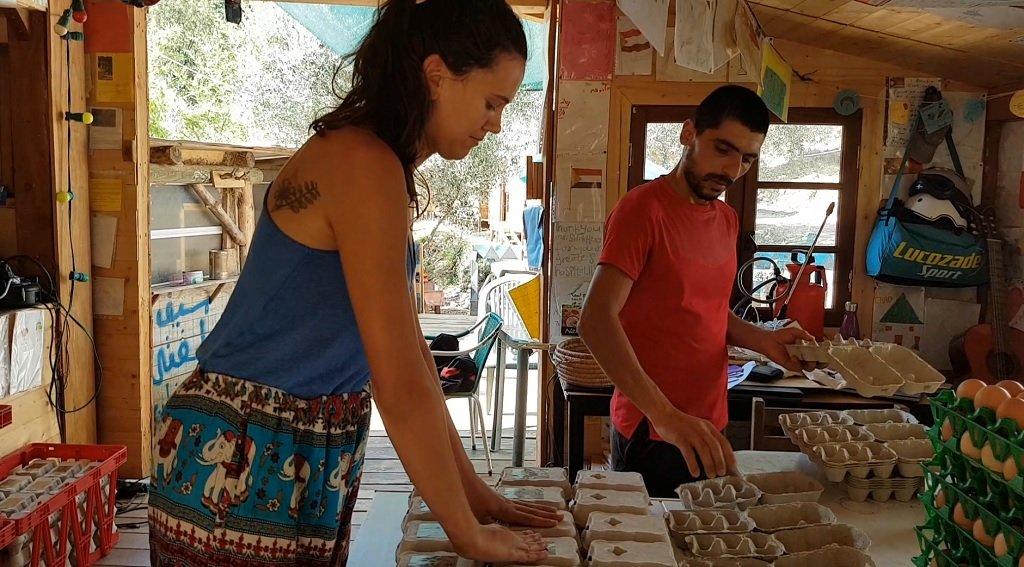 ماريون، متطوعة فرنسية في المزرعة، تقوم بتوضيب البيض الطازج مع حسين، وهو مهاجر قادم من إيران. ووفقا لماريون، فإن هذا البيض يذهب لمؤسسات تجارية في القرى المحيطة بالمزرعة. مهاجر نيوز