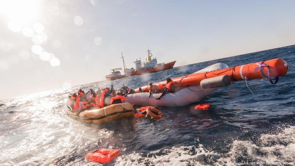 مهاجران نجات یافته در یکی از سواحل ایتالیا