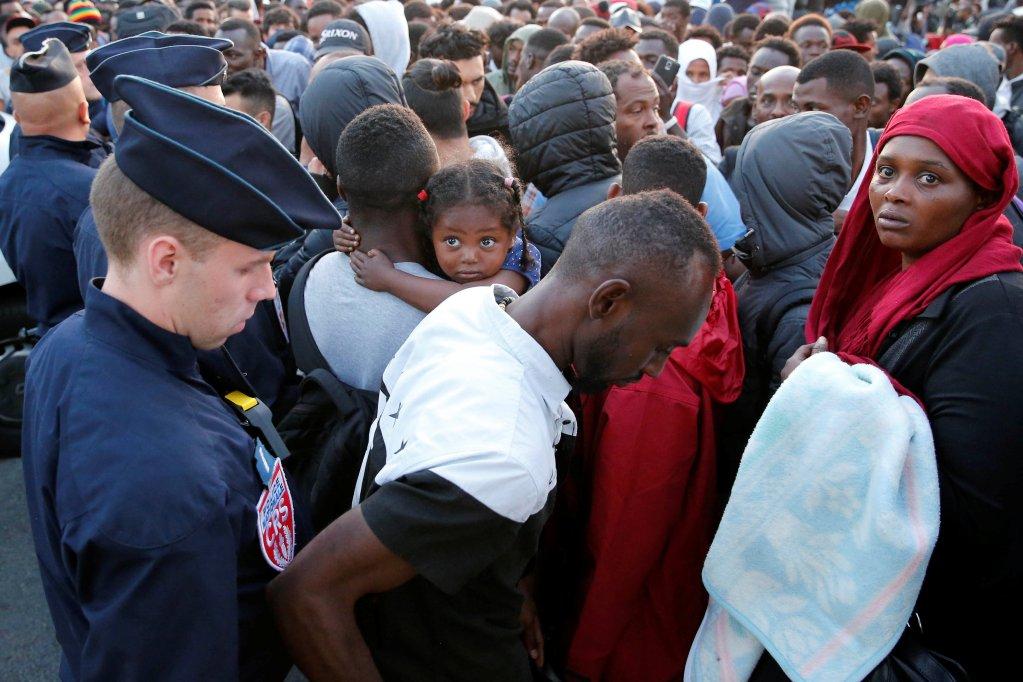 الشرطة الفرنسية تجلي آلاف المهاجرين من منطقة بورت دو لا شابيل شمال باريس. الصورة: رويترز