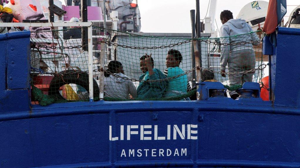 Des migrants sur le navire Lifeline de l'ONG allemande Mission Lifeline. Crédit : Hermine Poschmann/Misson-Lifeline/Handout via REUTERS