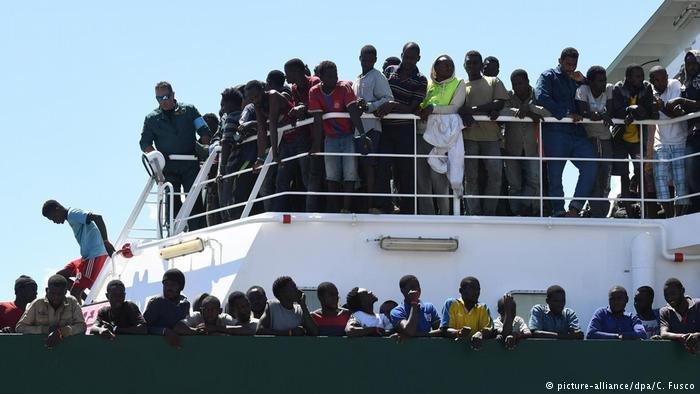 مهاجرون يصلون إلى أحد الشواطئ الإيطالية بعد أن تم إنقاذهم في المتوسط. أرشيف