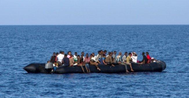أ ف ب / أرشيف |مهاجرون ينتظرون خفر السواحل الإيطالي لإنقادهم قبالة شواطئ ليبيا، 6 آب/أغسطس 2017