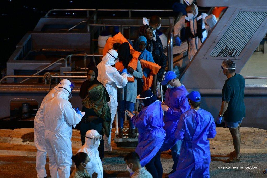 Des migrants débarquent à Senglea sur l'île de Malte, 8 juillet 2020 | Photo : Picture-alliance