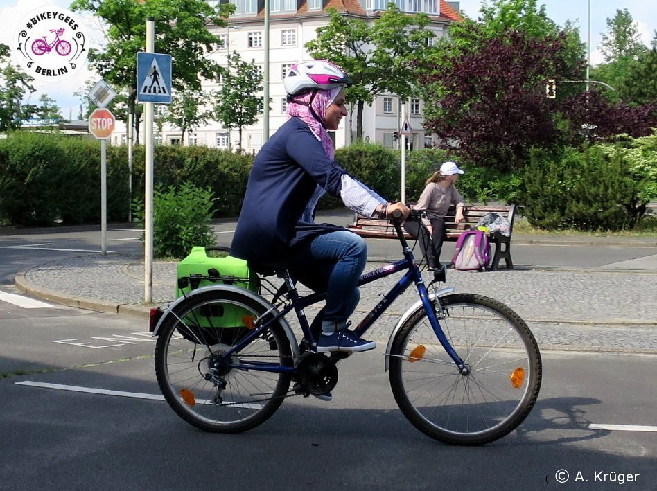 A woman riding in Berlin | Photo credit: #BIKEYGEES e.V.
