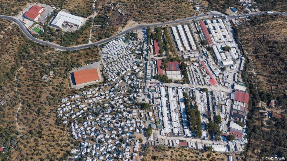 Refugee camps on the Greek islands, like this one on Lesbos, are filled far over capacity | Photo: DW/D. Tosidis