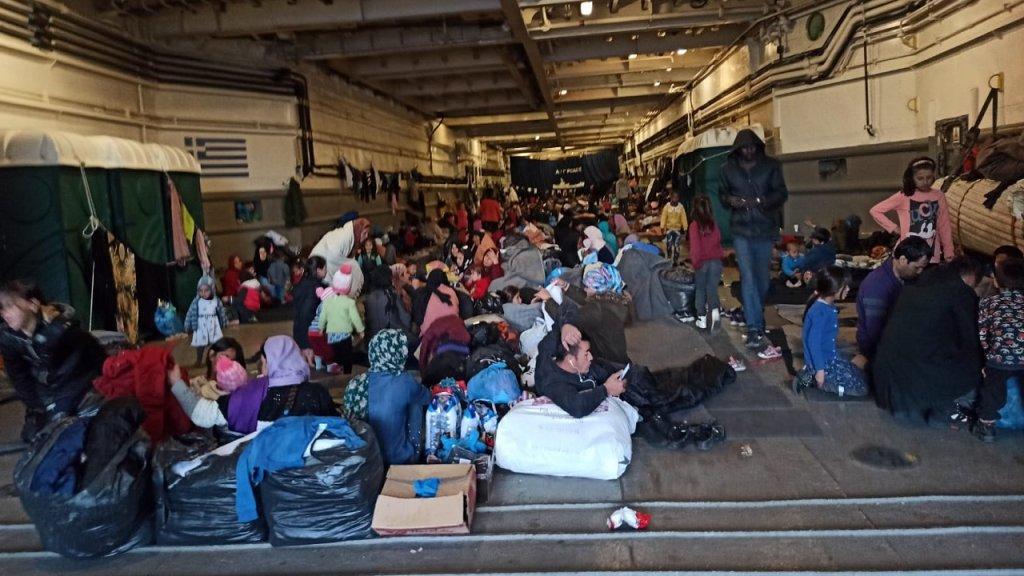 صورة تظهر مكان تجمع نحو 500 مهاجر في سفينة عسكرية يونانية. الصورة أرسلها محمود*