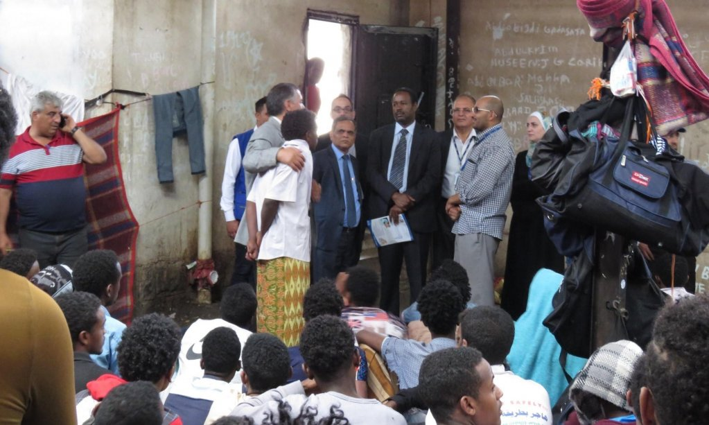 """ansa / محمد أبديكير و""""سارات داش"""" (رئيس بعثة منظمة الهجرة الدولية في اليمن) يستمعان للمهاجرين في صنعاء. المصدر: منظمة الهجرة الدولية."""