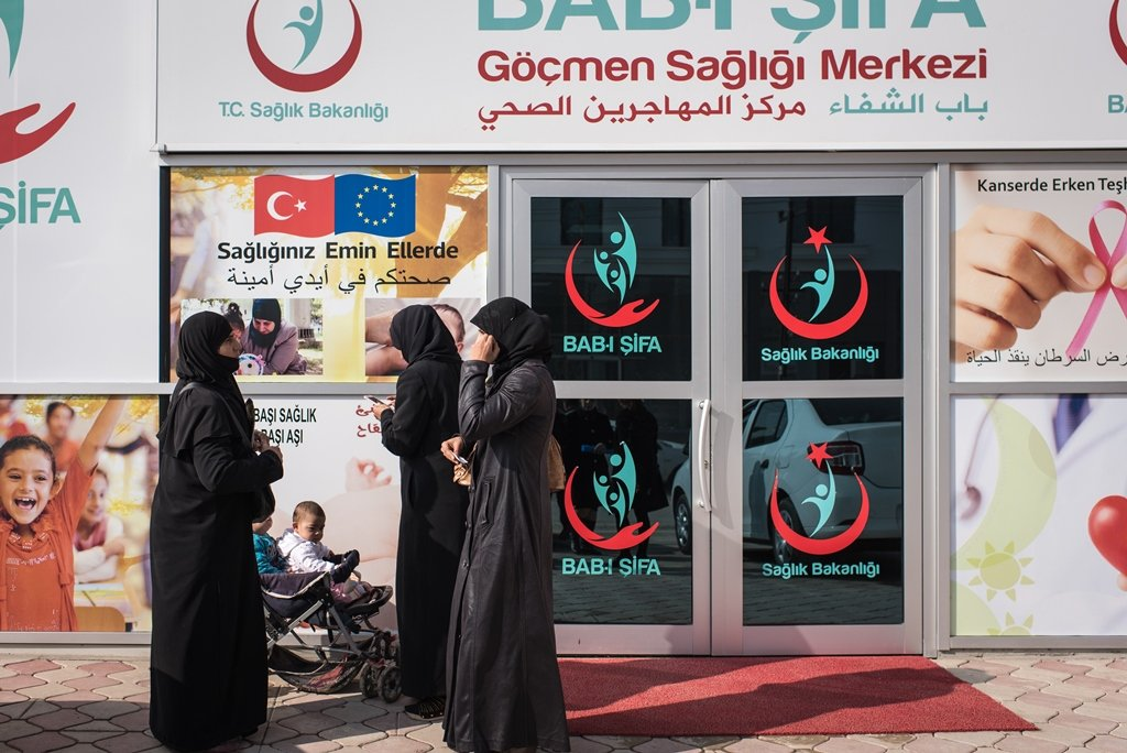 A group of Syrian women stand in front of the Altindag BAB-I Sifa migrant health center in Ankara, Turkey. Copyright: Diego Cupolo/InfoMigrants