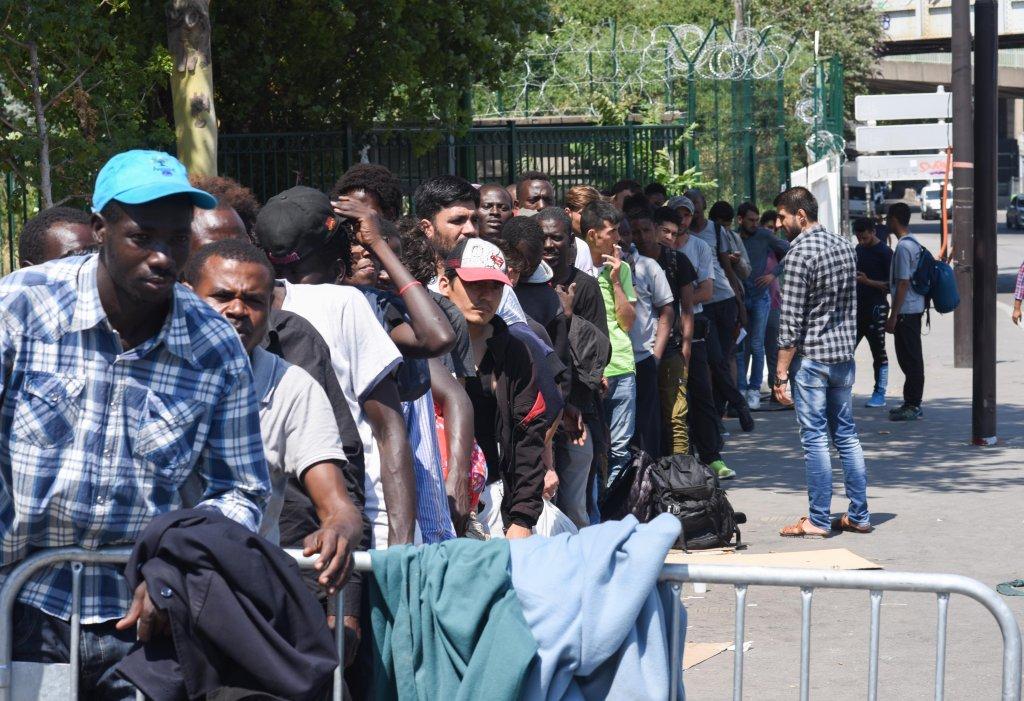 Des demandeurs d'asile devant le centre de la Chapelle, à Paris. Crédit : Mehdi Chebil