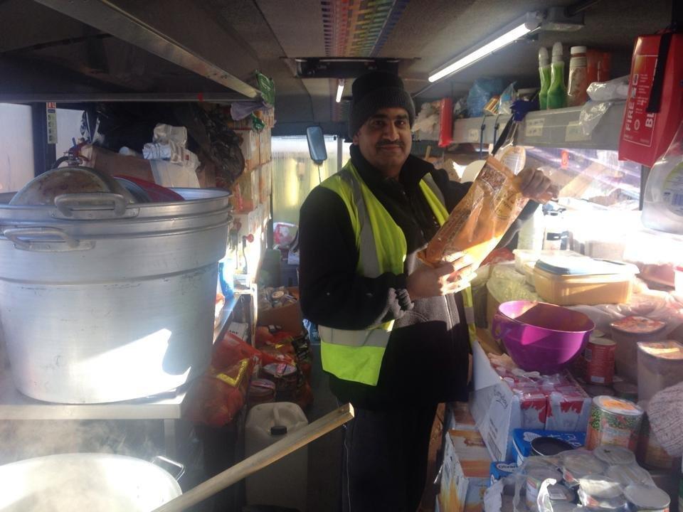 غفور حسین، شهروند بریتانیا، که با لاری غذای خود به مهاجران کمپنشین غذا میدهد، عکس از غفور حسین.