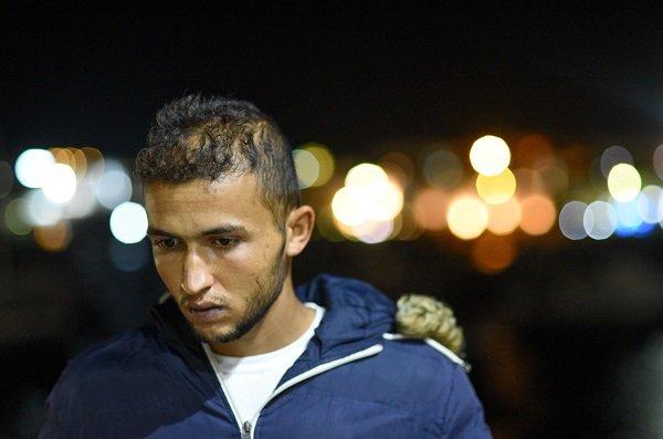 Nazir, un Tunisien originaire de Sousse âgé de 21 ans, sur le port de Lampedusa. C'est la deuxième fois que le jeune homme passe par Lampedusa pour tenter de rejoindre l'Europe.  Crédit : Mehdi Chebil