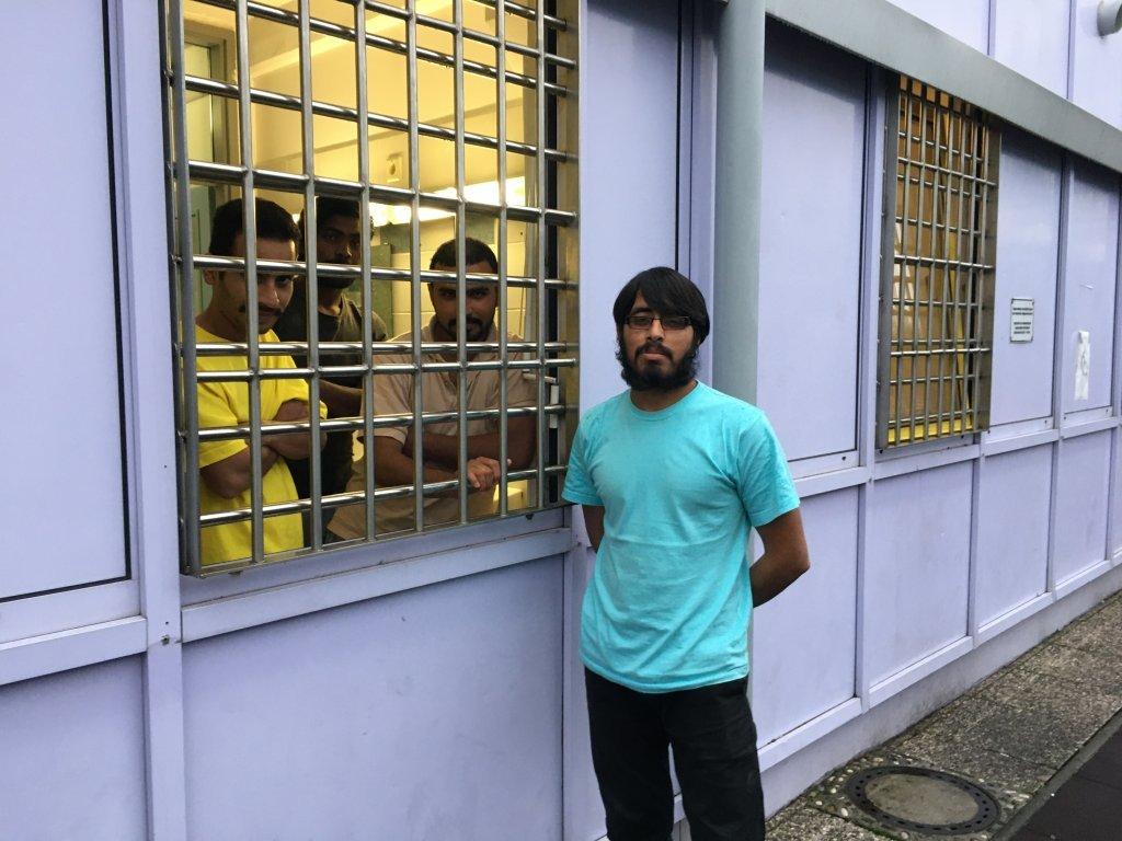 سه مهاجر پاکستانی در کمپ ویچ منتظر ثبت درخواست پناهندگی خود هستند تا بتوانند از کمپ بیرون بروند. عکس از مهاجر نیوز