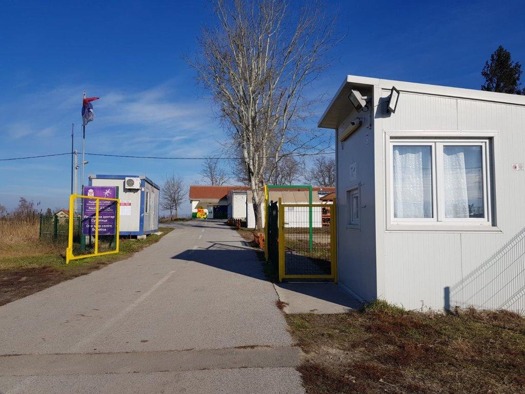 """Environ 200 migrants ont été envoyés dans la ville de Subotica, au """"one stop center"""", un centre d'accueil, après avoir été évacués de la frontière avec la Hongrie. Photo : InfoMigrants"""