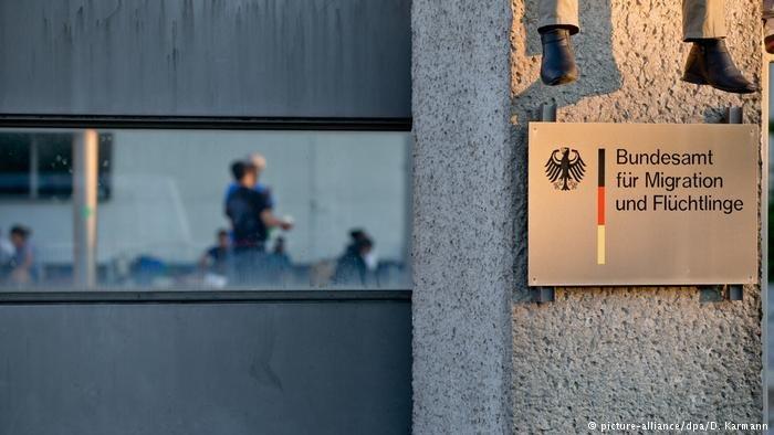 بعض طالبي اللجوء في المكتب الاتحادي للهجرة واللجوء في ألمانيا