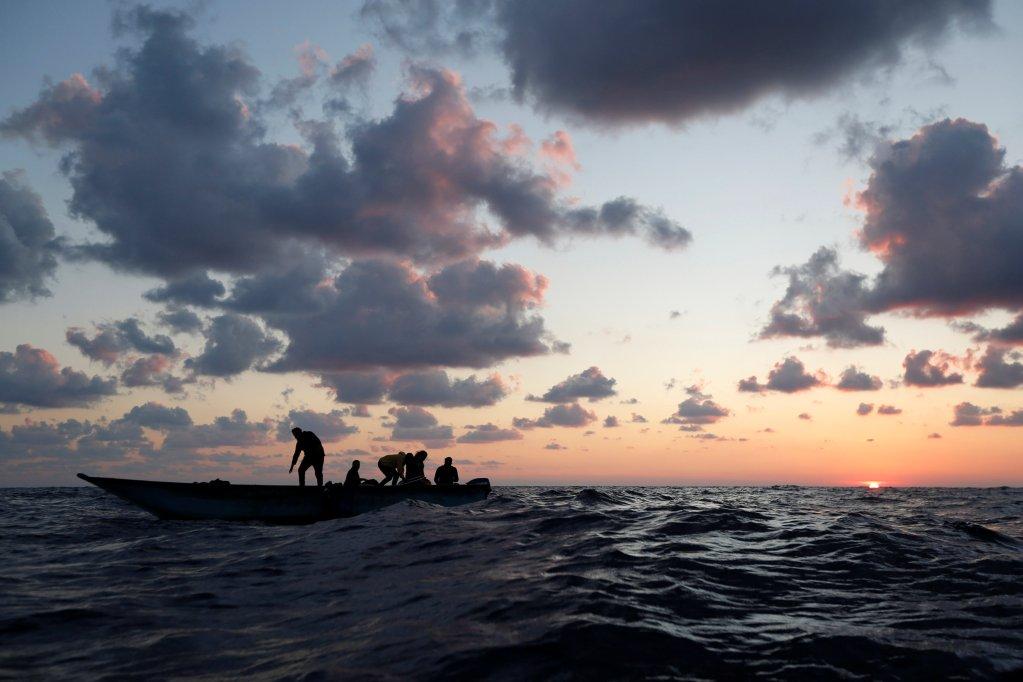 Une embarcation de migrants en mer Méditerranée. Crédit : Reuters
