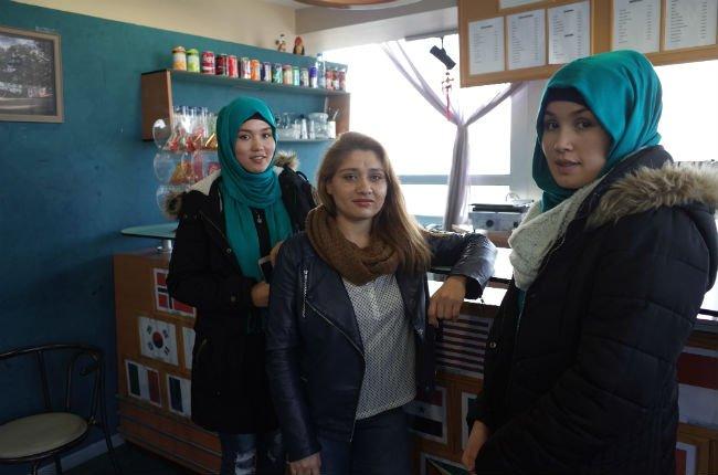 Massoma (à gauche), sa sœur Zahra (à droite) et leur amie Frozan étaient membres de l'équipe afghane de cyclisme. Crédit : Julia Dumont/ InfoMigrants