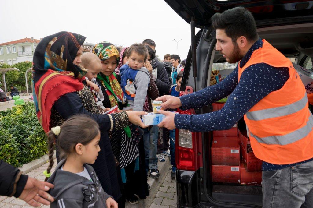 ©Majority World/Getty Images |Des réfugiés reçoivent de la nourriture et des médicaments dans le parc de Cesme à Izmir en Turquie.