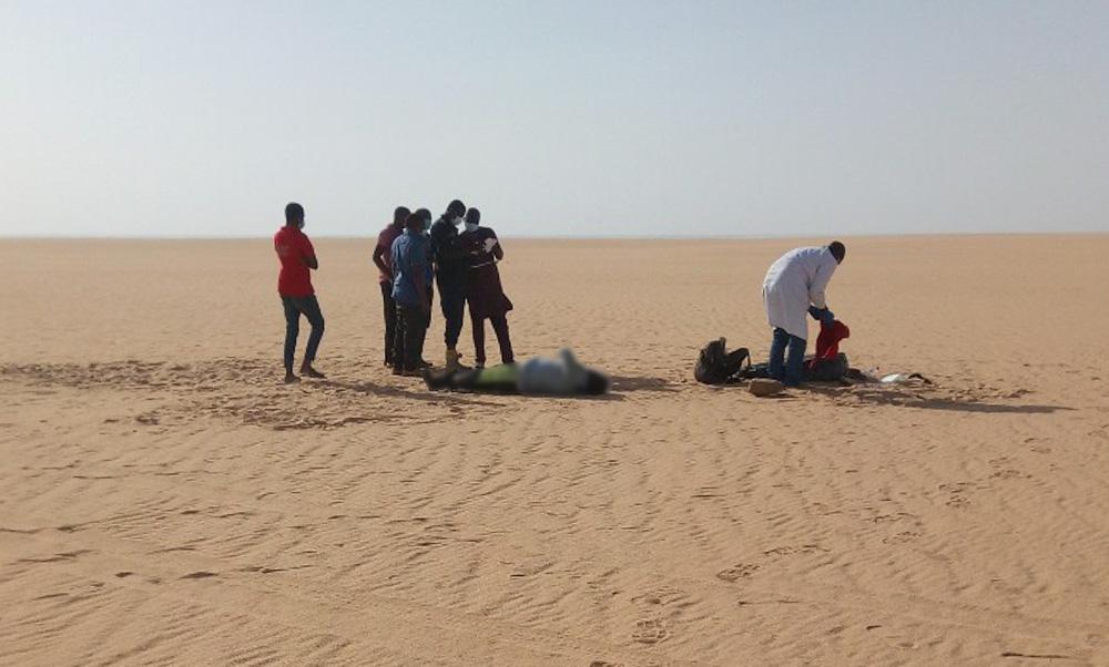 وحدة بحث وإنقاذ تعثر على جثة مهاجر في صحراء النيجر. أرشيف