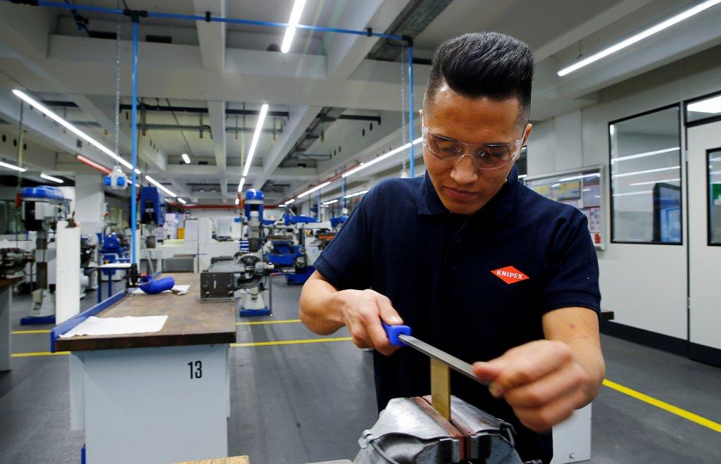 احمد حسین، مهاجر افغان در حال آموزش در یک کارخانه آلمانی. عکس از خبرگزاری رویترز.