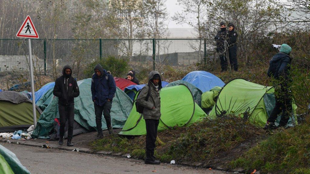 "Un démantèlement du campement de migrants dit ""de la rue des Huttes"" à Calais, jeudi 31 octobre. Photo : Mehdi Chebil"