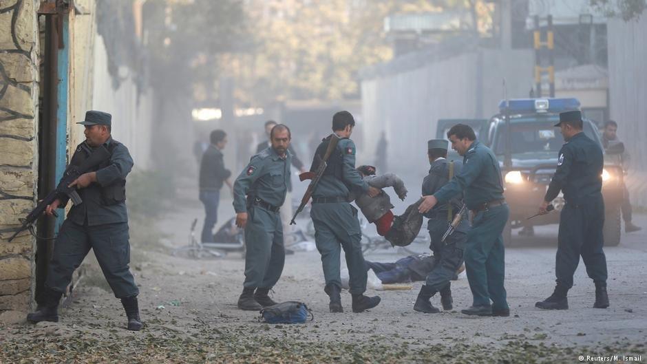 پولیس افغانستان زخمی های انفجار را منتقل می کند/ عکس از انفجار ۳۱ اکتوبر در کابل