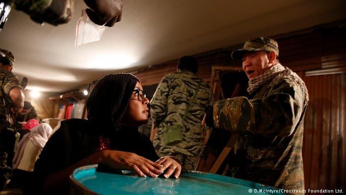 صراخ الجنود بوجه اللاجئين والتهديدات التي يوجهونها لهم قد تكون تجربة مهينة للمشاركين