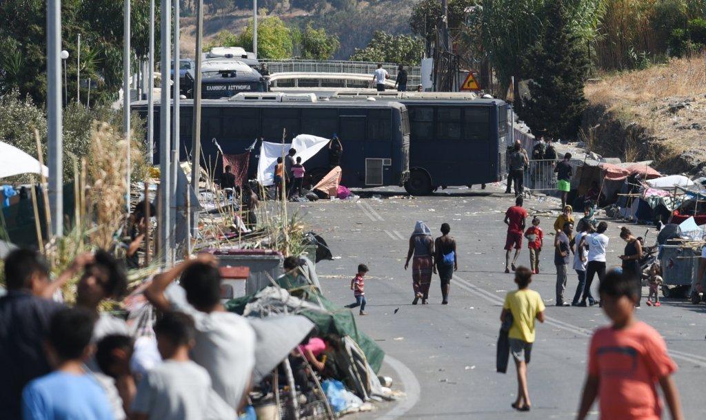 پولیس برای جلوگیری از رفتن مهاجران به مرکز شهر میتیلین جاده را بسته است. عکس از مهدی شبیل/مهاجر نیوز
