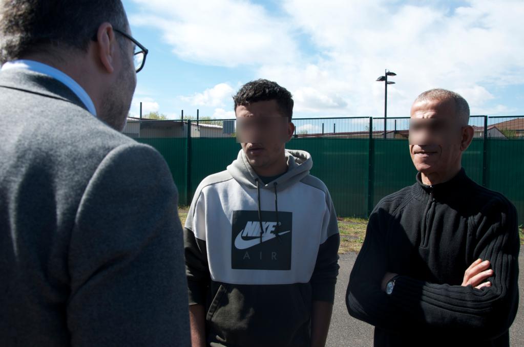 Le snateur Rachid Temal parle avec deux hommes du CRA du Mesnil-Amelot Crdit  Mava Poulet pour InfoMigrants