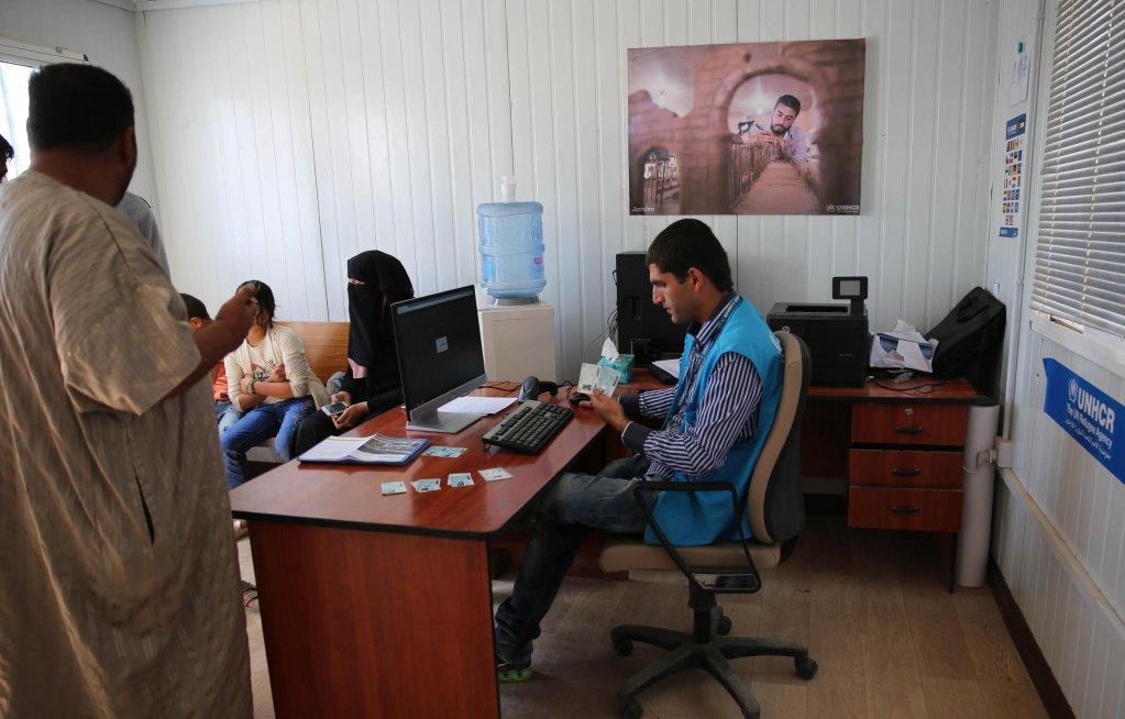 """ansa / شباب سوريون يسجلون أسماءهم في مخيم """"الزعتري"""" للاجئين شرق العاصمة الأردنية عمان. المصدر: صورة أرشيف من """"إي بي إيه""""."""