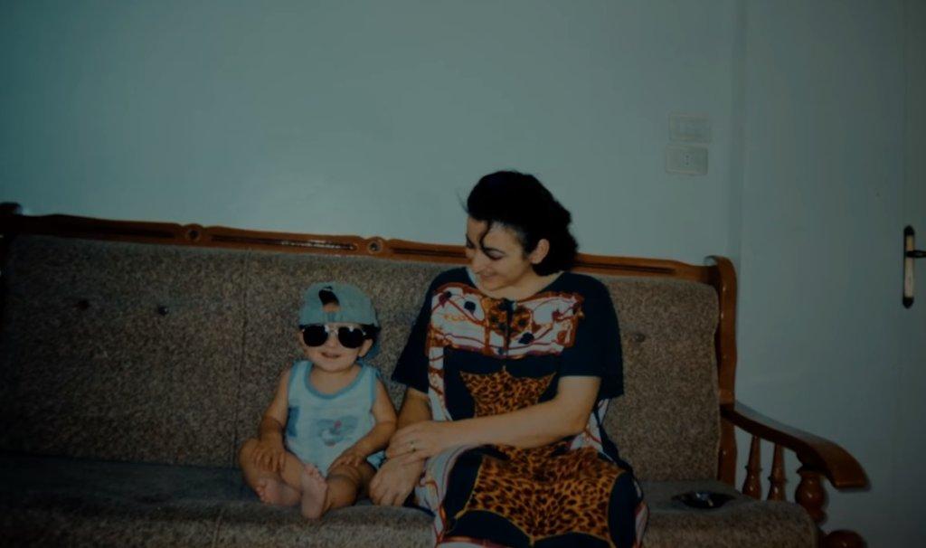 Photo d'enfance de Mohamad et sa mère en Syrie. Crédits : KidsRights Foundation, famille Al Jounde