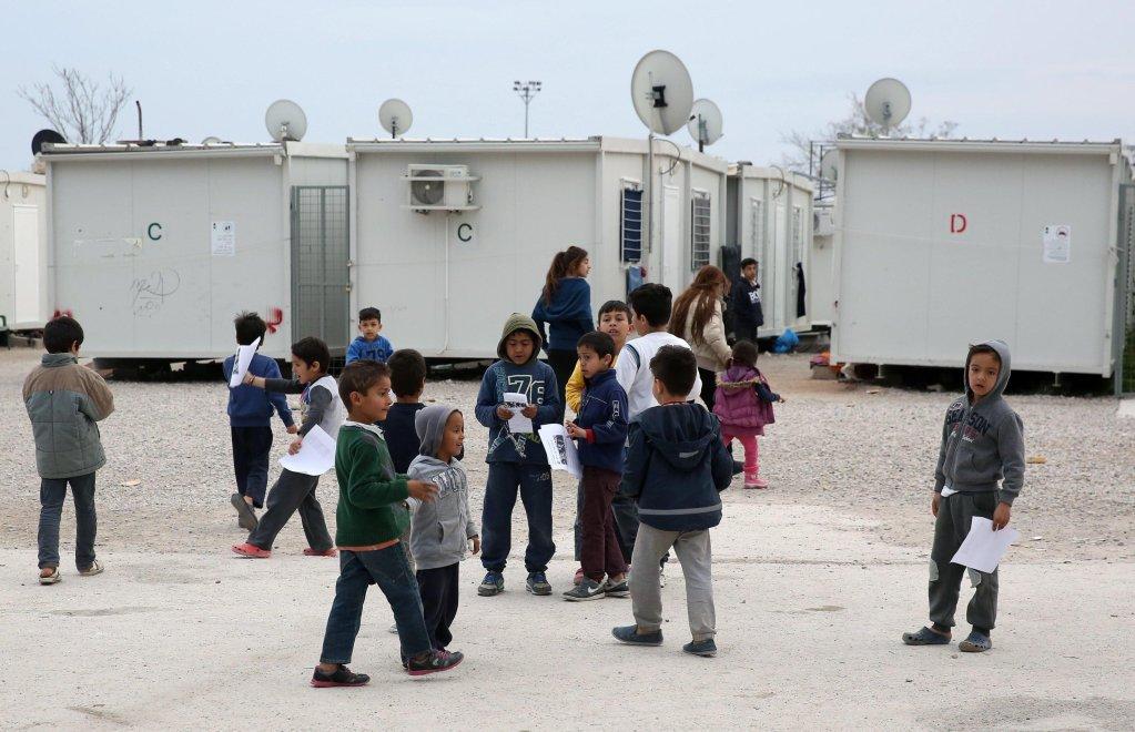 """ansa / أطفال لاجئون يلعبون في مخيم """"إليوناس""""، في وسط أثينا. المصدر: صورة من أرشيف """"إي بي إيه""""."""