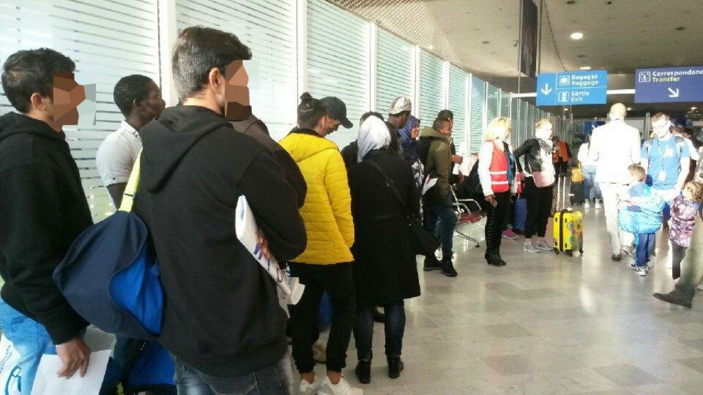 وصل 17 مهاجرا أنقذتهم أكواريوس في المتوسط نهاية أيلول/سبتمبر الماضي إلى فرنسا، حيث من المتوقع أن يحصلوا على حق اللجوء. الصورة عن حساب مكتب الهجرة والاندماج الفرنسي على تويتر