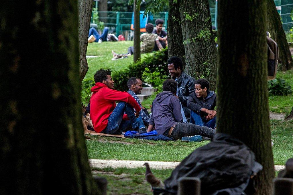 """ansa / مهاجرون ينتظرون في حديقة """"بارك ماكسيميليان"""" أمام مكتب الهجرة في بروكسل. المصدر: إي بي إيه/ ستيفاني ليسوك"""