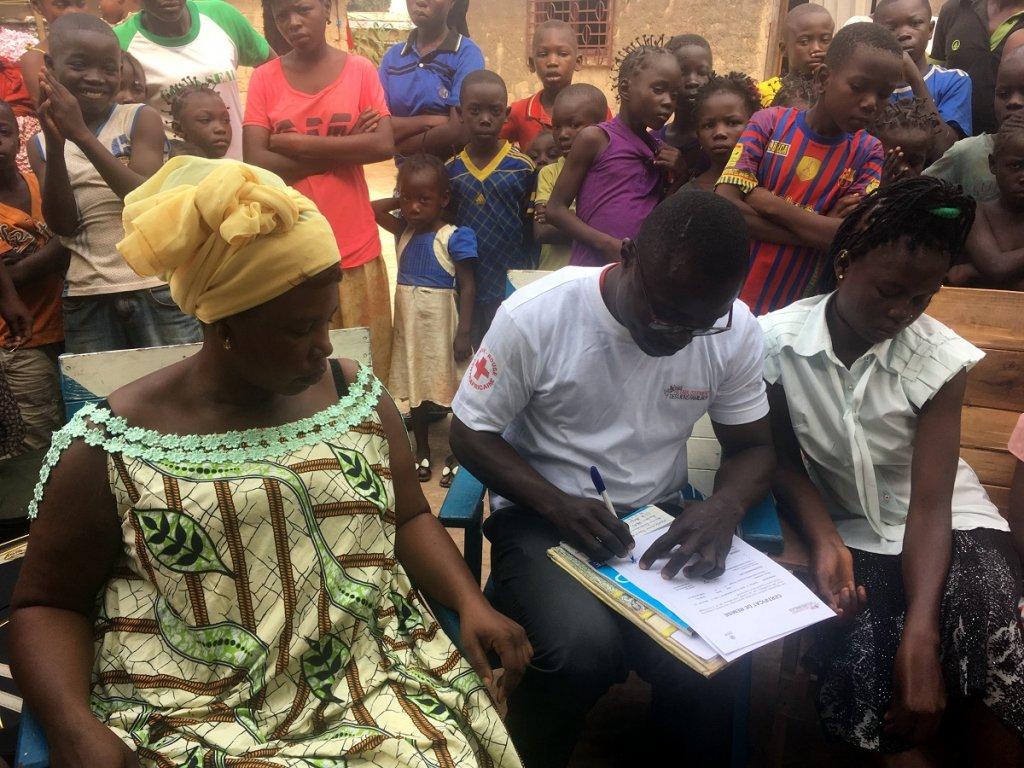 Charlotte Cosset/RFI  Le CICR signe les papiers avec la responsable de famille Pélagie, à  Bangui, le 25 juillet 2018.