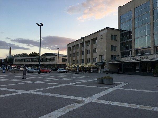 La place de la gare centrale de Sarajevo, quasi-déserte avant la distribution de nourriture. Crédit : InfoMigrants