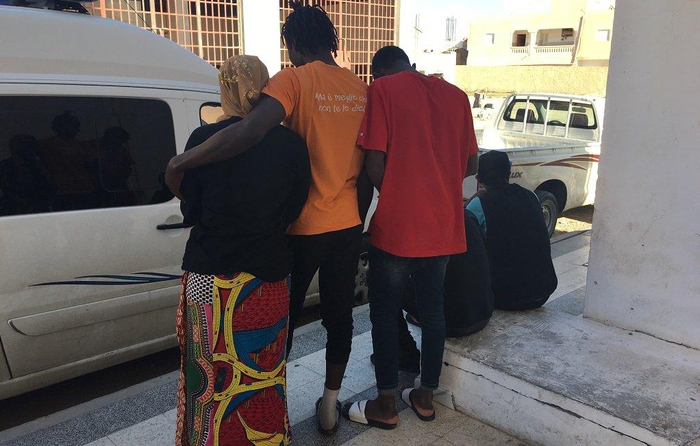 Des migrants du foyer de Médenine, devant l'entrée du bâtiment. Crédit : InfoMigrants