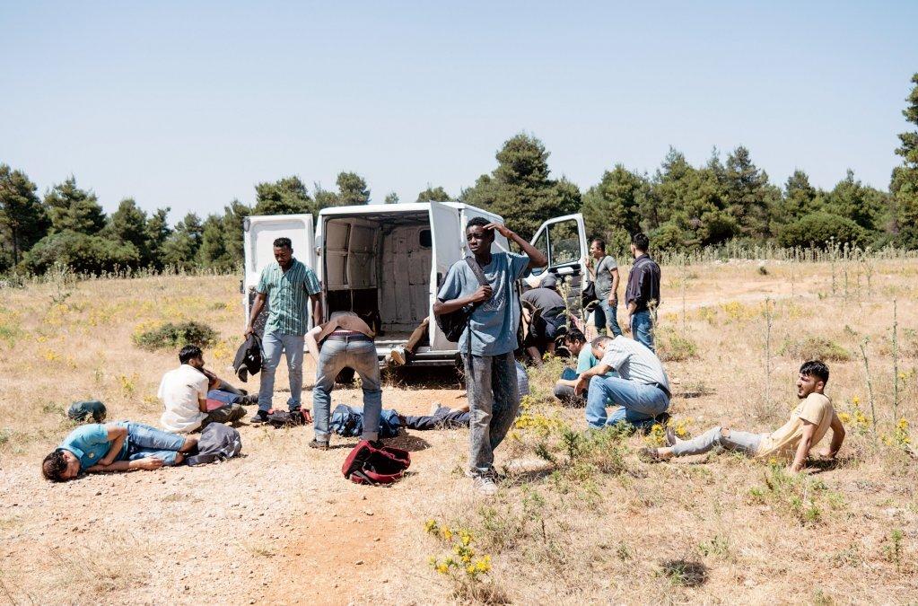 """یکی از بخشهای سریال؛ پناهجویان در راه رسیدن به """"عدن"""" Credit: Screenshot from Arte production """"Eden"""" © SWR/Pierre Meursaut"""